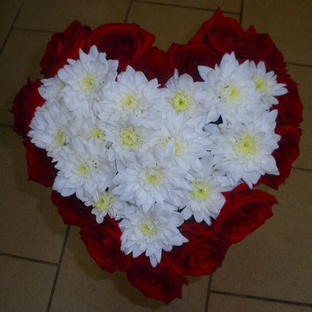 Сердце из 15 чарующих роз