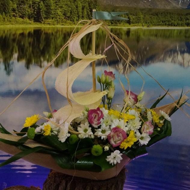 Букет №9 Кораблик из цветов. Фрегат.